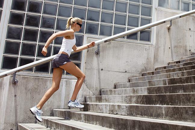 Începeți prin a merge în jos pe scări